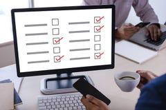 AffärsmanGRANSKNING och begrepp för resultatanalysupptäckt arkivbild