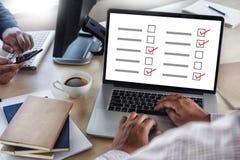 AffärsmanGRANSKNING och begrepp för resultatanalysupptäckt arkivbilder