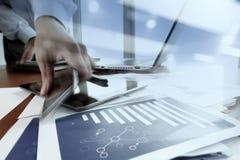 Affärsmanhand genom att använda mobiltelefonen med det sociala nätverksdiagrammet Arkivfoto
