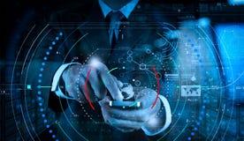 Affärsmanhand genom att använda mobiltelefonen med digital lagereffekt som arkivfoto