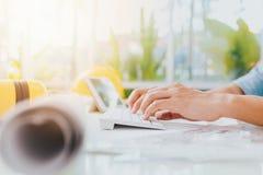 Affärsmanhand genom att använda tangentbordet Arkivfoto