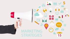 Affärsmanhand med högtalaren med symboler som ut flyger Digital marknadsföring Arkivfoto