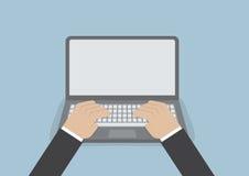 Affärsmanhand på bärbar datortangentbordet med bildskärmen för tom skärm Royaltyfri Foto