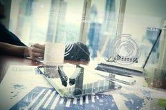Affärsmanhand som arbetar med modern teknologi Royaltyfri Foto
