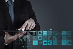 Affärsmanhand som arbetar med www. skriftligt i sökandestång på funktionsläge Arkivbilder