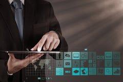 Affärsmanhand som arbetar med www. skriftligt i sökandestång på funktionsläge Arkivbild