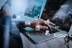 affärsmanhand som arbetar på bärbar datordatoren med digitalt lager b royaltyfri bild