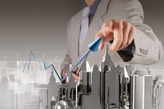 Affärsmanhand som drar ett pajdiagram Arkivbilder