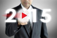 Affärsmanhand som pekar till 2015 på den faktiska skärmen Arkivfoton