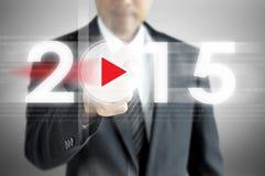 Affärsmanhand som pekar till 2015 på den faktiska skärmen Royaltyfri Fotografi