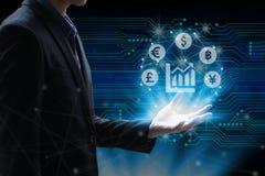 Affärsmanhand som rymmer det globala nätverket genom att använda valutatecknet sy Arkivbild