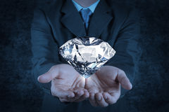 Affärsmanhand som rymmer diamanten 3d Royaltyfri Fotografi