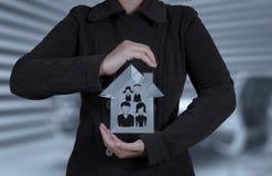 Affärsmanhand som rymmer huset 3d Arkivbilder