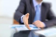 affärsmanhandhandskakning hans erbjuda Hälsa eller gratulera gest Affärsmöte och framgång Royaltyfri Foto