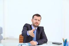 affärsmanhandhandskakning hans erbjuda Hälsa eller gratulera gest Affärsmöte och framgång Royaltyfria Bilder