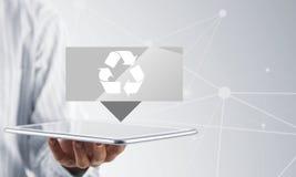 Affärsmanhandpekskärmen återanvänder teckensymboler på en minnestavla Arkivbild