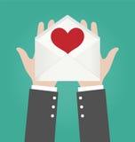 AffärsmanHands Giving Open kuvert med röd hjärta Arkivfoton
