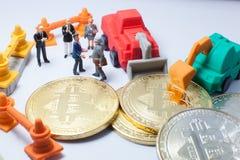 Affärsmanhandskakningen, instämmer för att samarbeta i bryta operation för bitcoin Partnerskap som Fundraising, ICO, cryptocurren royaltyfri bild