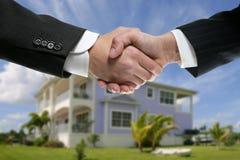 affärsmanhandskakningen partners det verkliga tillståndet arkivbild