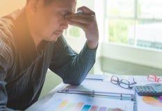 Affärsmanhuvudvärk med problem och spänning Arkivfoton