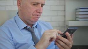AffärsmanImage Interior Office text genom att använda mobiltelefonen royaltyfria bilder