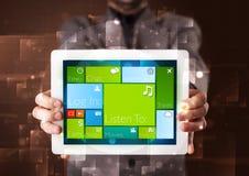 Affärsmaninnehav en tablet med fungerande sy för modern programvara Royaltyfria Bilder