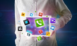 Affärsmaninnehav en tablet med moderna färgrika apps och symboler Arkivbilder