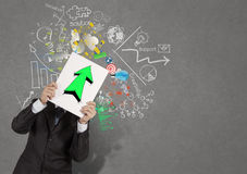 Affärsmaninnehavbok med gräsplan upp pil Fotografering för Bildbyråer