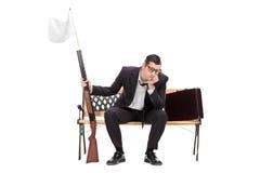 Affärsmaninnehavgevär med den vita flaggan på den Arkivfoto
