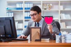 Affärsmankänslaförälskelsen och älskat i kontoret arkivfoto