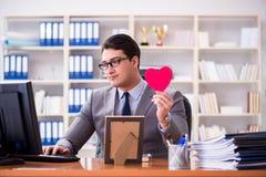 Affärsmankänslaförälskelsen och älskat i kontoret royaltyfria bilder