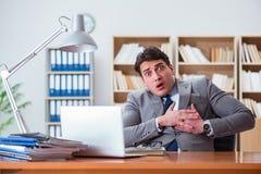 Affärsmankänslan smärtar i kontoret royaltyfria bilder