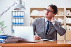 Affärsmankänslan smärtar i kontoret royaltyfri fotografi