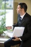 affärsmankontemplativ person som ut ser fönstret Royaltyfri Fotografi
