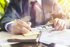 Affärsmankontrollen analyserar allvarligt finansiella rapporter Royaltyfri Fotografi