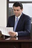 Affärsmanläsningrapport arkivbild
