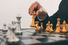 Affärsmanledarskap som spelar plan för schack och för tänkande strategi om krasch för att omstörta det motsatta laget och utveckl royaltyfri foto