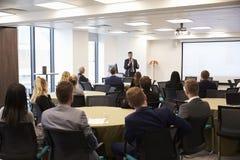 AffärsmanMaking Presentation At konferens arkivbild
