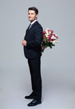 Affärsmannederlagbukett av blommor bak hans baksida Royaltyfria Bilder