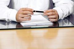 Affärsmannen är i regeringsställning den hållande pennan Arkivbilder