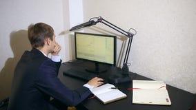 Affärsmannen övervakar ändringar i schemat på valutautbytet som ser datorbildskärmen stock video