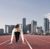 Affärsmannen agerar som en löpare Konkurrens och utmaning i affärsidé royaltyfri fotografi
