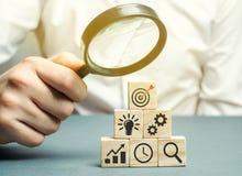Affärsmannen analyserar affärsstrategi Företagutveckling Begreppet av framkallning av innovativa teknologier Handlingsplan royaltyfri foto