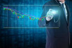 Affärsmannen analyserar aktiemarknaddiagram Arkivbild