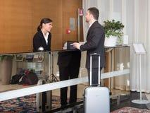 Affärsmannen ankomms i hotell och är kontrollera-i Arkivfoto