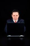 Affärsmannen använder datoren Arkivfoton