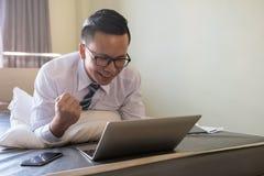 Affärsmannen arbetar hemifrån vid tech 4g Fotografering för Bildbyråer