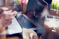 Affärsmannen arbetar med hans dator i coffee shop med sto royaltyfri bild