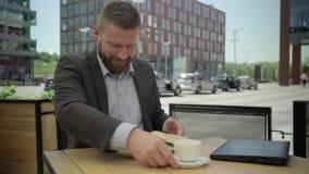 Affärsmannen avslutar arbete på bärbara datorn och äter lunch, steadicam stock video