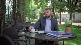 Affärsmannen avslutar påringningen, läs- tidning steadicamskott stock video